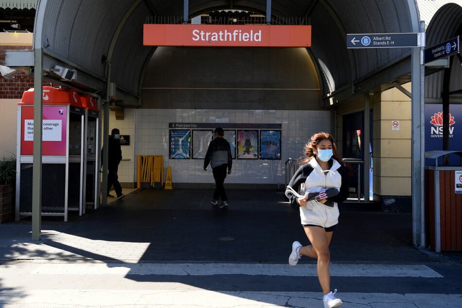 Australien, Sydney: Eine Frau geht an der Bahnstation Strathfield vorbei.