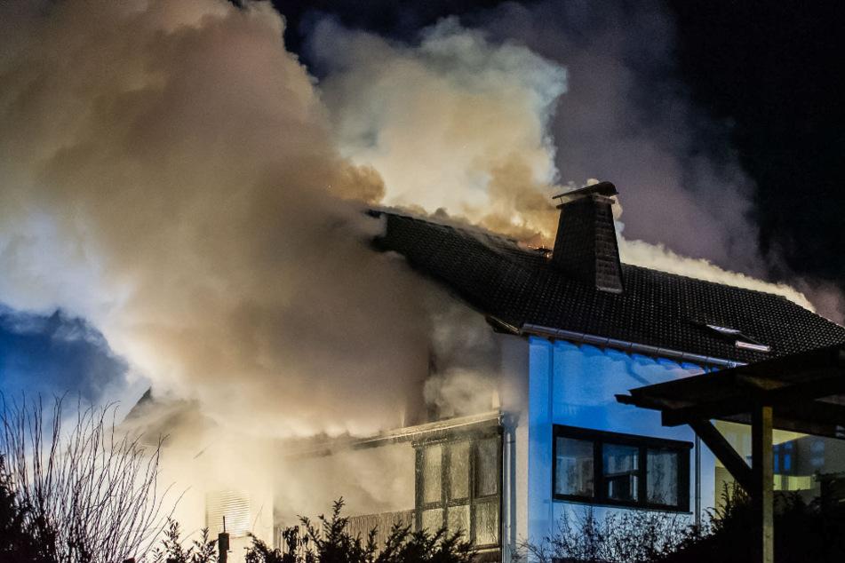 Frau bemerkt Brandgeruch, da steht bereits das Obergeschoss in Flammen