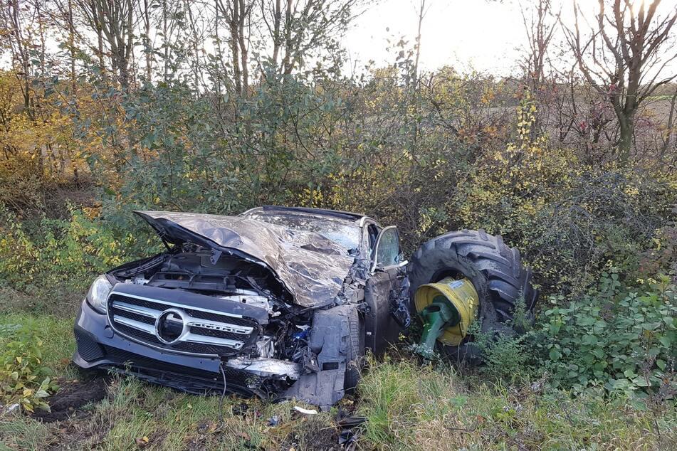 Auch der Mercedes wurde bei dem Unfall stark beschädigt.