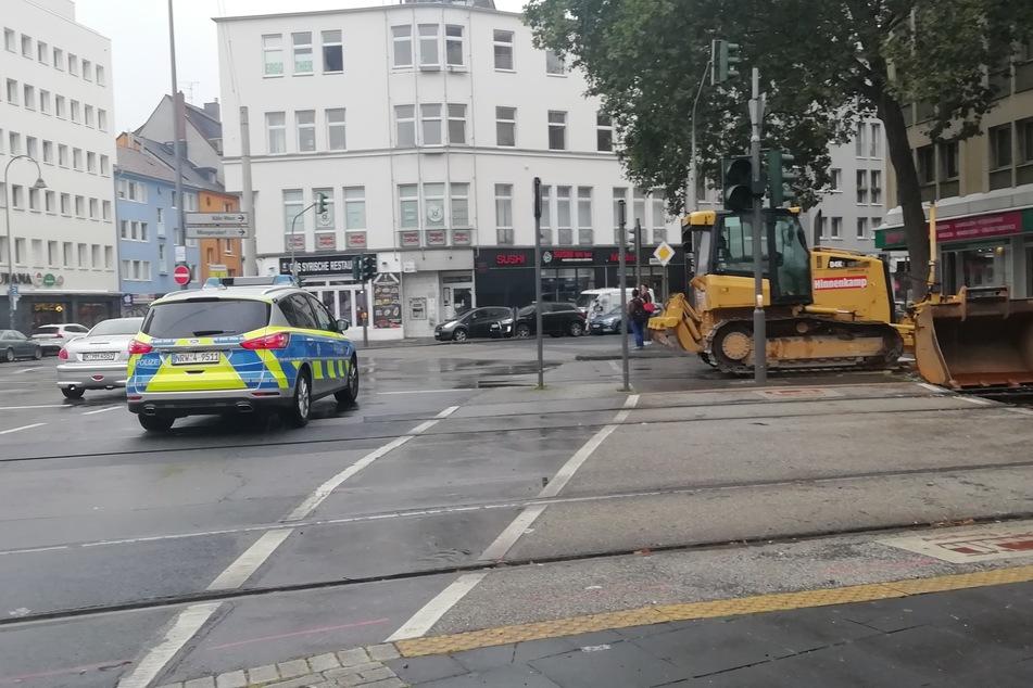 Nachdem am Montagmorgen Menschen am Kölner Barbarossaplatz mit Pfeilen beschossen worden sind, bittet die Polizei um Hinweise.
