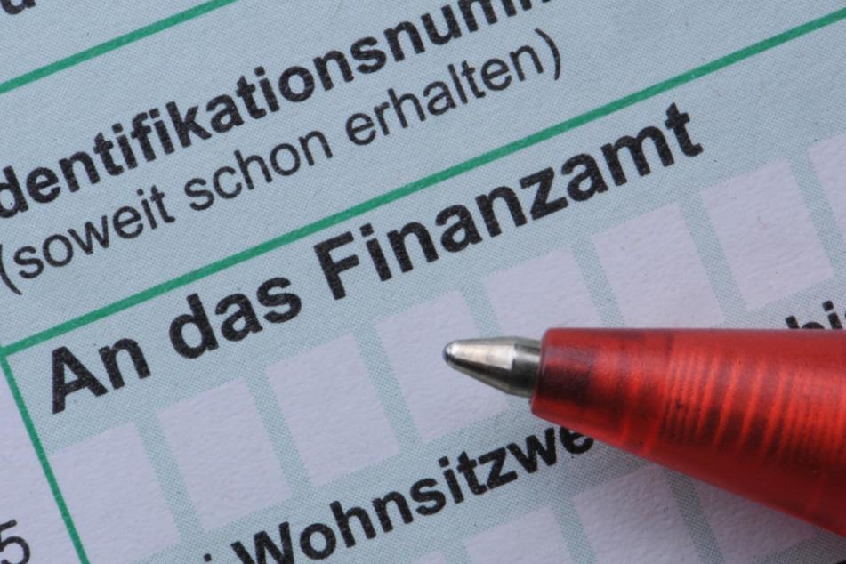 Ein Mann füllt eine Steuererklärung aus. (Symbolbild)