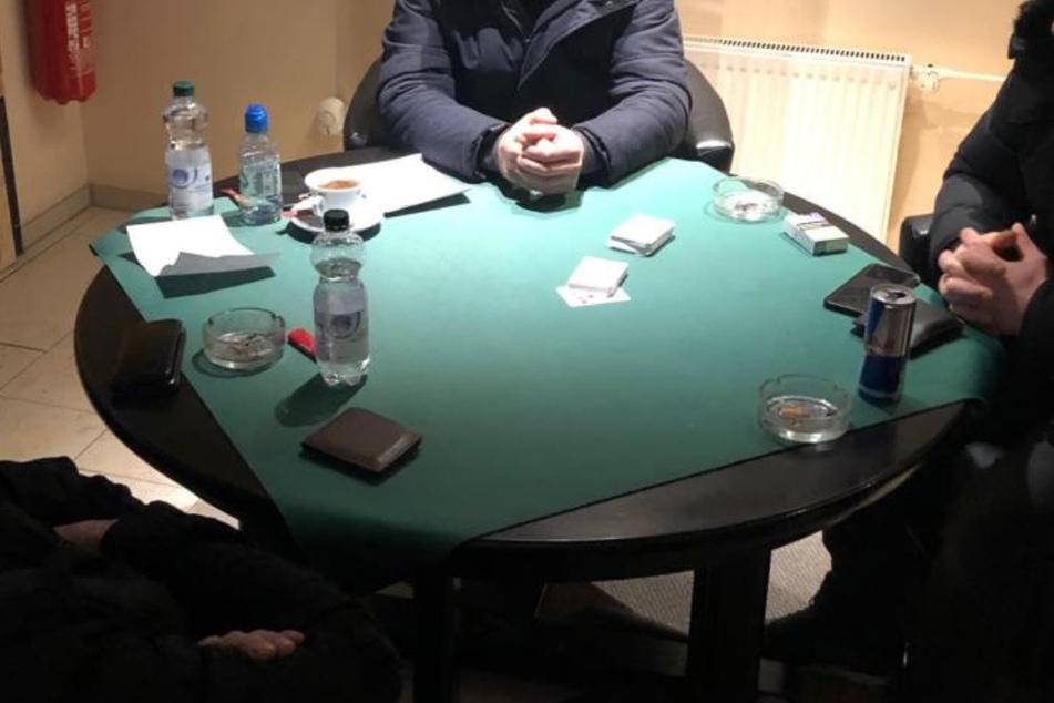 Polizei findet Geheimtür im Keller und löst Pokerrunde auf