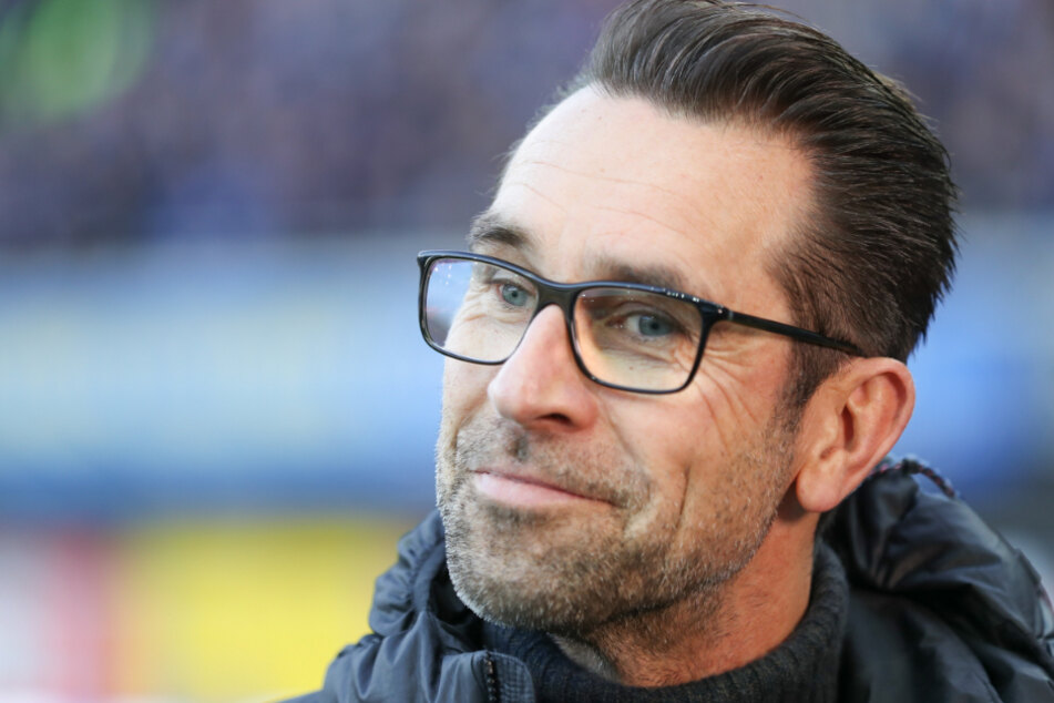 Geschäftsführer Michael Preetz aus Berlin steht am Spielfeldrand.(Archivbild)
