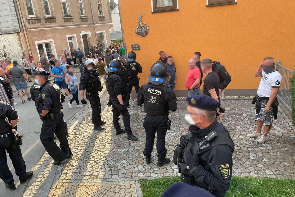 In Zwönitz versammelten sich am Montagabend mehrere Teilnehmer zu einer Corona-Demo. Die Polizei löste die Veranstaltung auf.