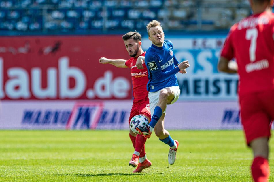 FSV-Mittelfeldspieler Can Coskun (l.) im Zweikampf mit Nik Omladic.
