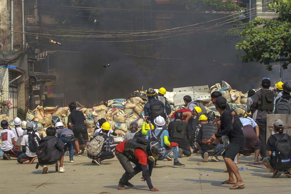 Demonstranten in Yangon werfen Molotow-Cocktails in Richtung der Sicherheitskräfte. Seit dem Putsch in Myanmar sind durch die Gewalt des Militärs und der Polizei Schätzungen zufolge mindestens 202 Menschen ums Leben gekommen.