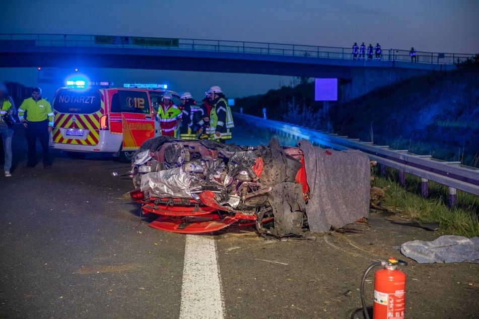 Fahrer (†23) stirbt in völlig zerstörtem Audi R8: Weißer Transporter gesucht
