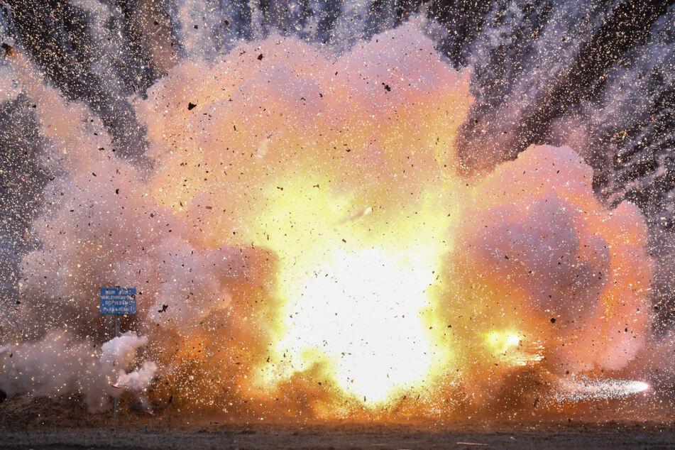 Auf einem Sprengplatz werden Böller aus dem Ausland gesprengt. (Archiv)