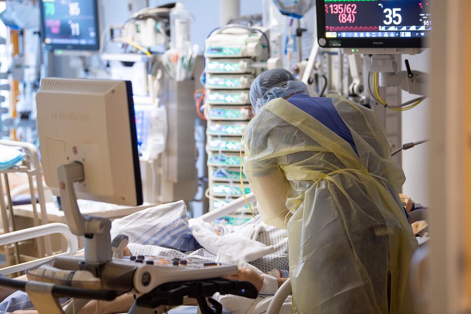 Baden-Württemberg, Ludwigsburg: Ein Intensivpfleger arbeitet auf einer Intensivstation des RKH Klinikum Ludwigsburg an einem Covid-19-Patient.