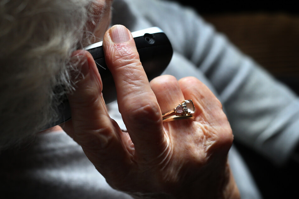 Unbekannte Täter versuchen immer wieder, Senioren um ihre Ersparnisse zu bringen. Die Polizei mahnt zur Wachsamkeit. (Symbolbild)