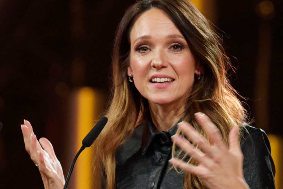 Die Komikerin Carolin Kebekus bei der Verleihung schlägt Alarm.