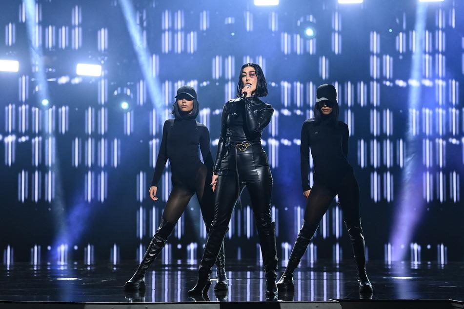 Im Catwoman-Kostüm mit blau geschminktem Auge ging Sängerin Elif für die Türkei an den Start und setzte mit ihrem Song ein starkes Zeichen gegen Gewalt an Frauen.