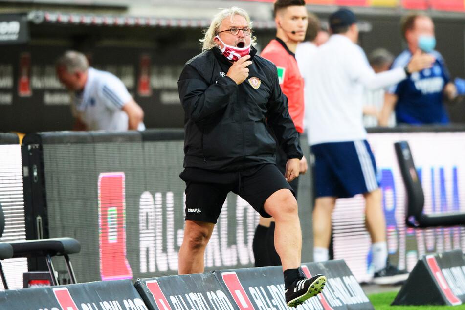 Dynamos Co-Trainer Heiko Scholz betritt das Spielfeld.