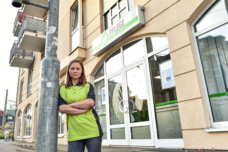 Tanja Exner (28) vor dem Haupteingang des Pflegeservice. Die Assistentin der Geschäftsführung ist traurig und empört.