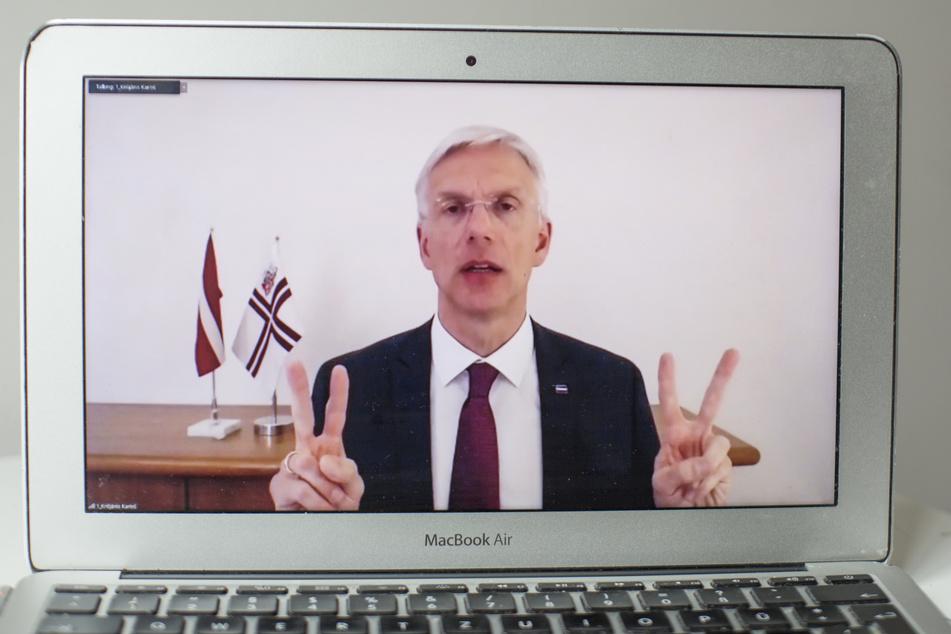 Krisjanis Karins, Ministerpräsident von Lettland, gestikuliert bei einer virtuellen Pressekonferenz, die hier von der lettischen Staatskanzlei über Facebook übertragen wird.