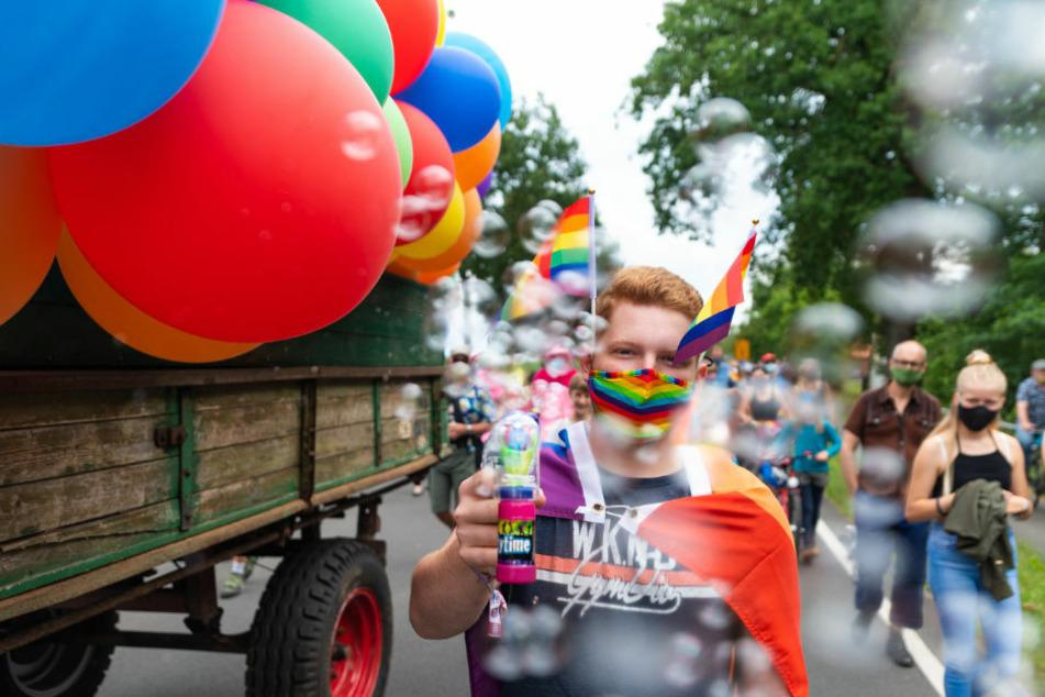 Erste grenzüberschreitende Demonstration von Lesben und Schwulen