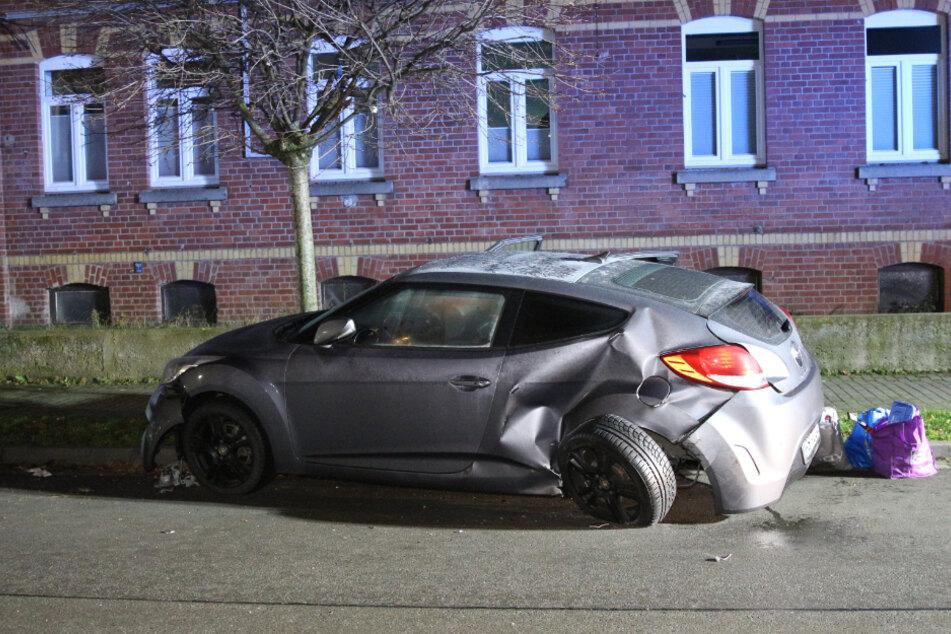 Ein geparkter Hyundai wurde stark in Mitleidenschaft gezogen...