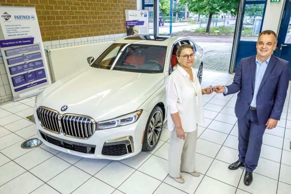 """Oliver Tölke (52) von der BMW-Niederlassung überreichte den 7er BMW an """"Haus des KFZ-Gewerbes""""-Geschäftsführerin Gabriela Msuya (58)."""