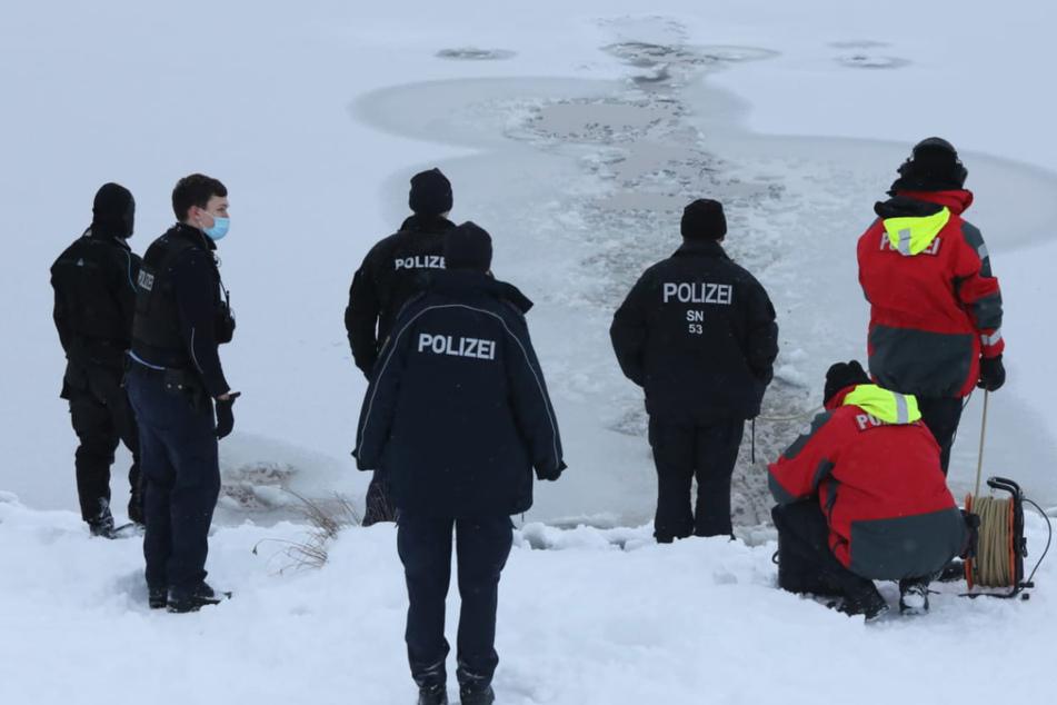 Leipzig: Person in Leipziger See eingebrochen? Taucher im Einsatz