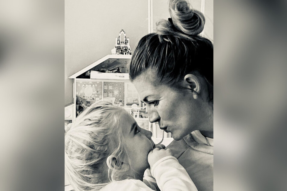Nina Bott und ihre Tochter sind ein Herz und eine Seele.