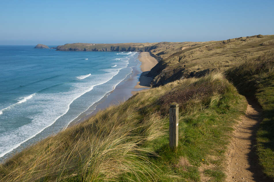 Ein schöner Strandabschnitt in Cornwall, Großbritannien, welcher viele Touristen lockt. Diesmal ging bei einigen Herren jedoch etwas schief.