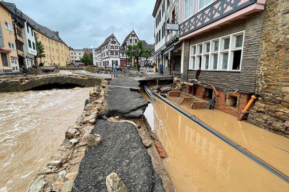 Blick in eine Straße in Bad Münstereifel nach den schweren Regenfällen und dem Hochwasser der Erft.