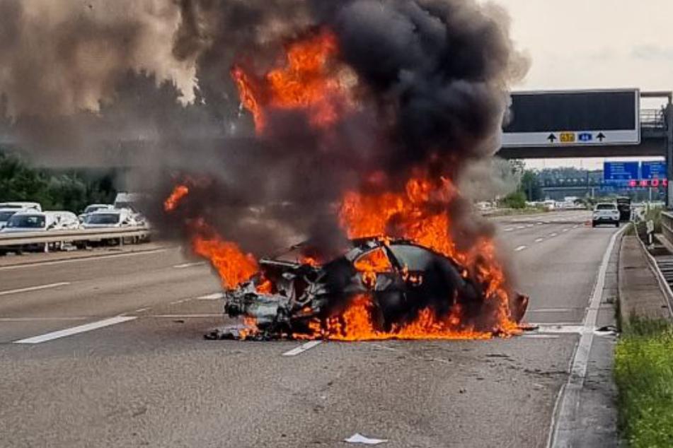 Beim Eintreffen der Feuerwehrkräfte stand der BMW bereits lichterloh in Flammen.