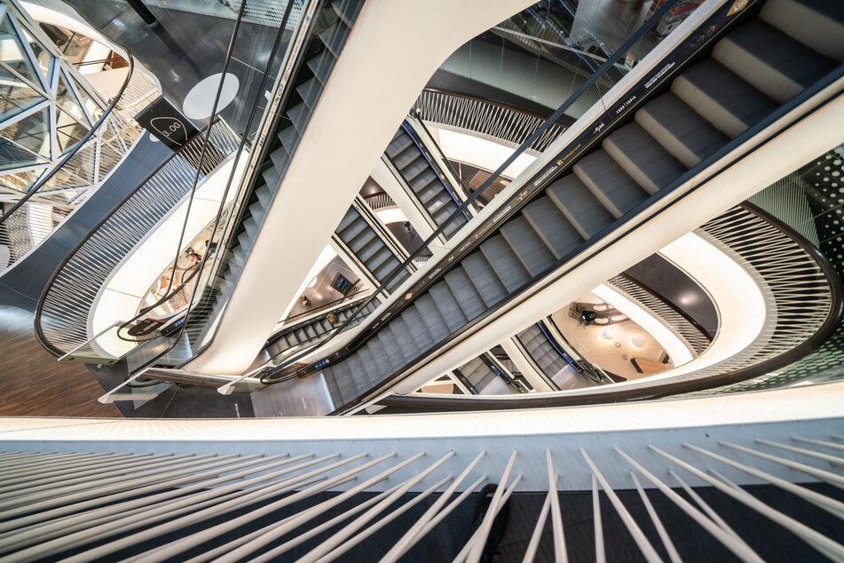Hessen, Frankfurt/Main: Menschenleer sind die Rolltreppen in einem Einkaufszentrum in der Frankfurter Innenstadt wegen des Lockdowns.