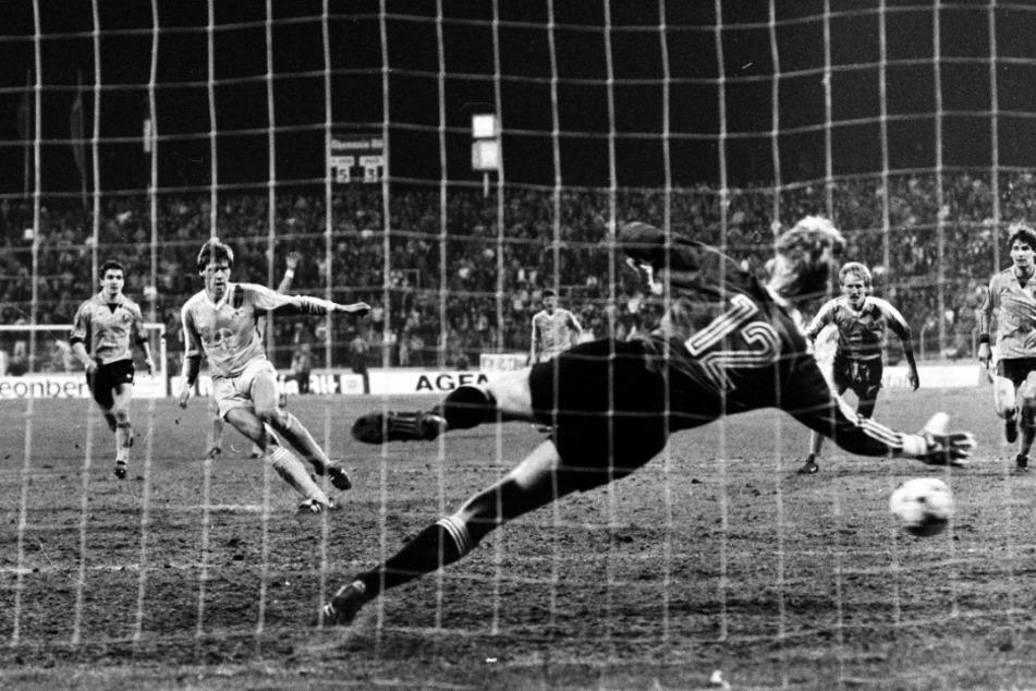Wolfgang Funkel (2.v.l.) trifft per Handelfmeter zum 6:3 für Bayer Uerdingen, der zur zweiten Halbzeit eingewechselte Dynamo-Keeper Jens Ramme hat keine Chance. Es war Funkels dritter Treffer in der Partie.