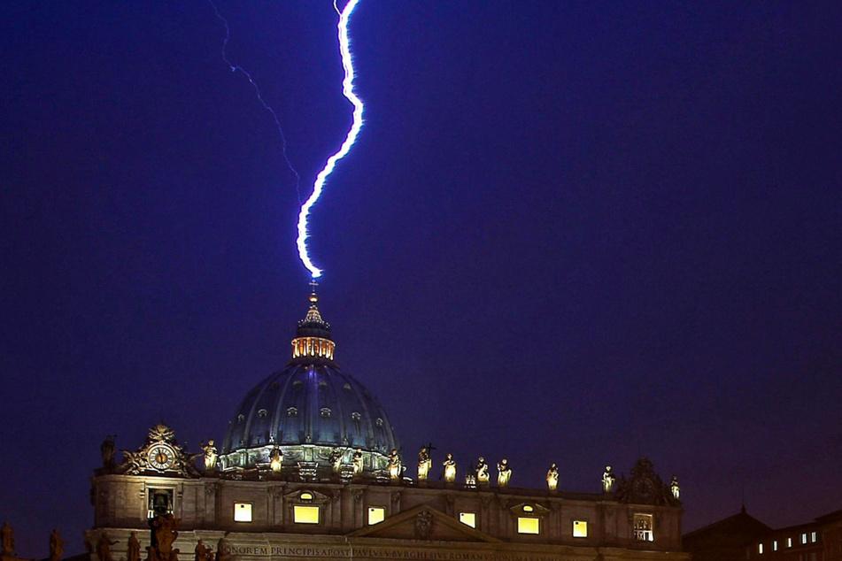 11. Februar 2013: Ein Blitz schlägt am Abend des Tages an dem Papst Benedikt XVI. seinen Rücktritt ankündigte in die Basilika Sankt Peter im Vatikan ein. Der Vatikan hat laut einem Medienbericht in London in mehr Luxusimmobilien investiert als bisher bekannt.