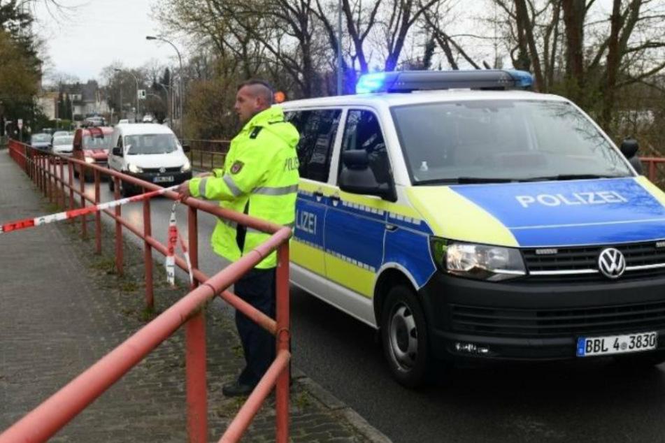 Die Straße war in dem Bereich in der Nähe der Polizeiwache kurzzeitig abgesperrt.