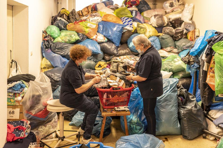Der Vorrat schwindet: Svetlana Mekhanchuk (55) und Emma Knaub (60) sortieren Kleiderspenden.