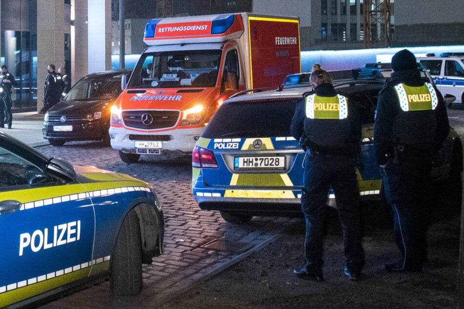 Einsatzkräfte von Polizei und Feuerwehr stehen in Hamburg an einem Tatort. (Symbolbild)
