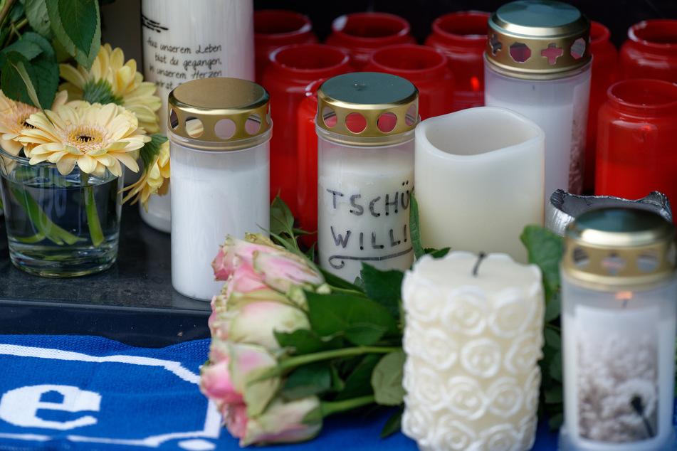 Nach Willi Herrens (†45) Tod hatten Trauernde Kerzen vor seinem Haus in Köln-Mülheim aufgestellt.