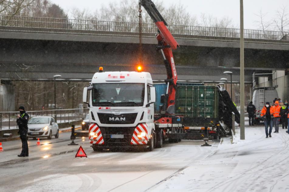 Lastwagen kracht in Hamburger U-Bahn-Brücke: U1 fährt wieder