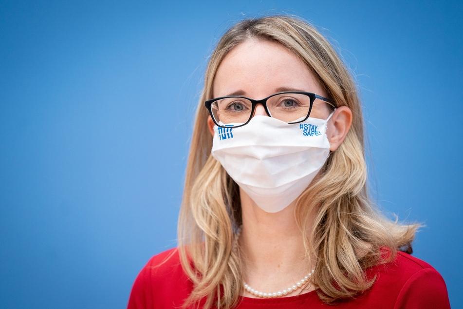 """Alena Buyx (43), Vorsitzende des Deutschen Ethikrats, betonte abermals, dass man """"eine allgemeine Impfpflicht aus ethischen Gründen ausgeschlossen"""" habe."""