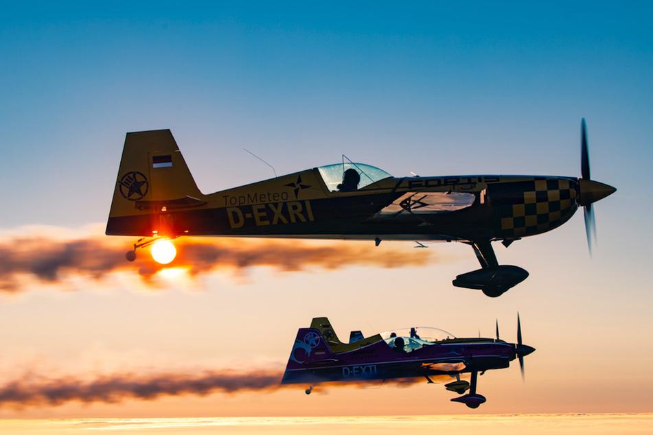 """Die Himmelsstürmer vom Team """"Skytexter"""" können mit dem eingebauten Rauchsystem ihrer Kleinflugzeuge Buchstaben an den Himmel zaubern."""