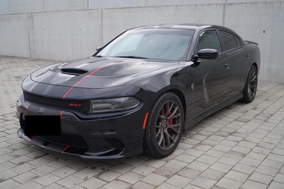 Dieser Dodge Charger wurde vor vier Wochen von einem Firmengelände in Düsseldorf gestohlen.