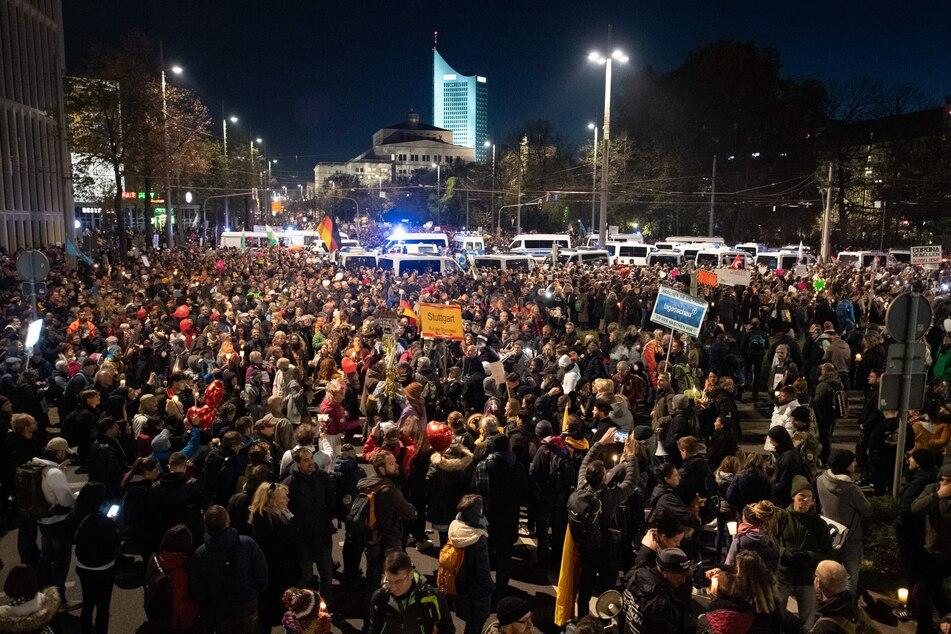 """Bereits am 7. November hatten zahlreiche Menschen an einer """"Querdenker""""-Demo in Leipzig teilgenommen. Die wenigsten von ihnen trugen Masken, Abstandsregeln wurden nicht eingehalten."""