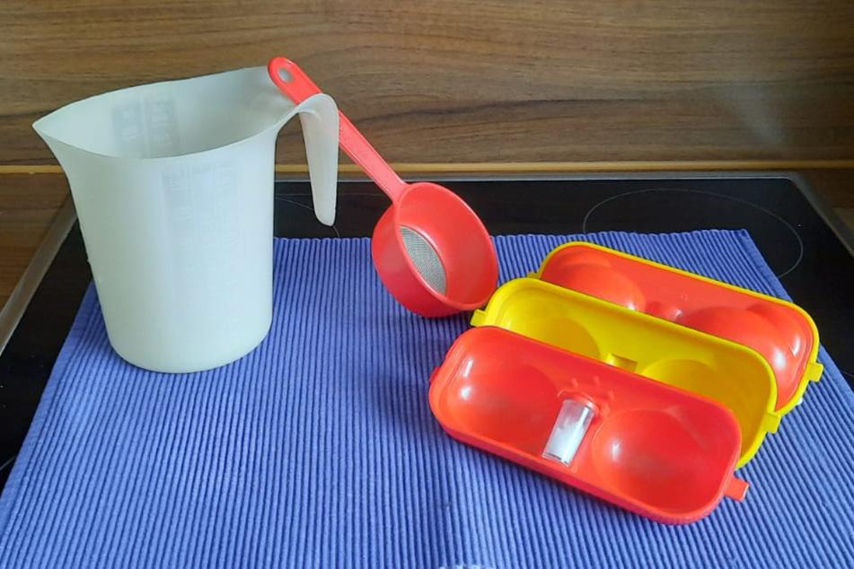 Messbecher, Teesieb und ein Behältnis für gekochte Eier samt Mini-Salzstreuer gab es vermutlich in beinahe jedem Haushalt der DDR.