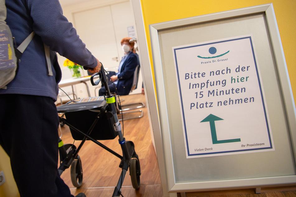 Ein Schild steht zum Start der Corona-Impfungen in bayerischen Hausarztpraxen vor einem Ruhezimmer in einer Hausarzt-Praxis.