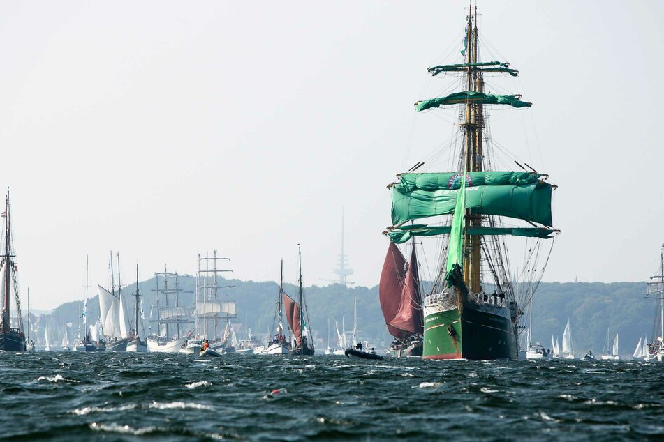 """Traditionssegler liegen während der Windjammer-Parade in der Förde auf Kurs. Rund 120 Segelschiffe wurden von der Bark """"Alexander von Humboldt II"""" angeführt."""