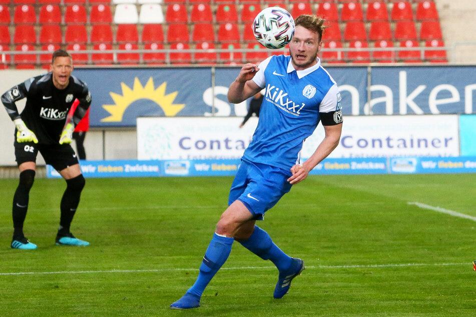 Der SV Meppen um Kapitän Florian Egerer (23, r.) darf nachträglich doch noch den Klassenverbleib feiern.
