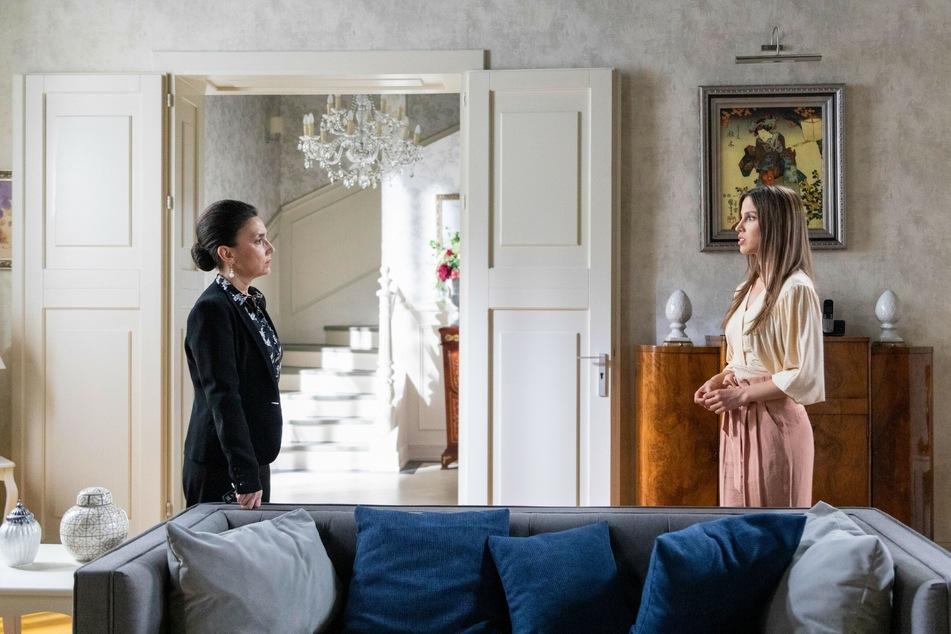 Simone (l.) ist schwer enttäuscht von Chiara.