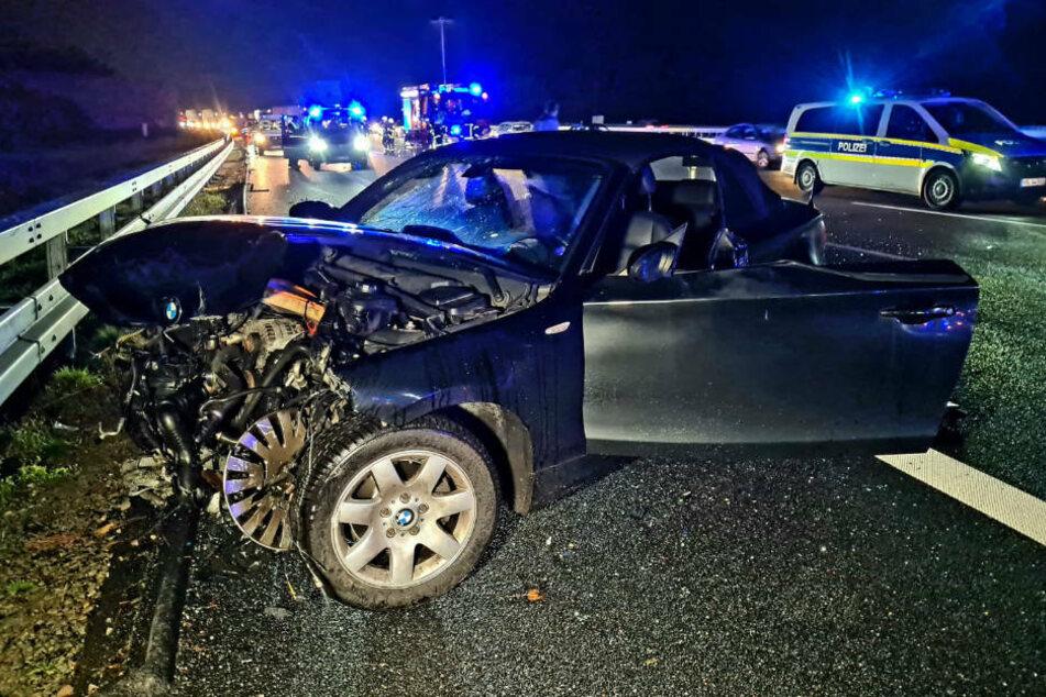 Das Wrack des am Unfall beteiligten BMW weist starke Zerstörungen im Frontbereich auf.