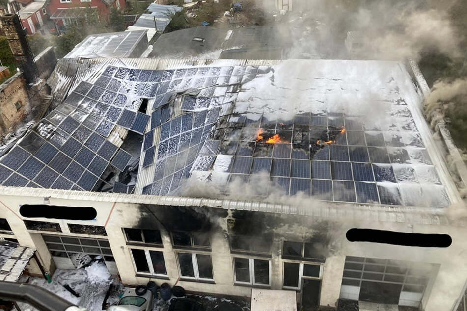 Großeinsatz der Feuerwehr: Autowerkstatt in Flammen!