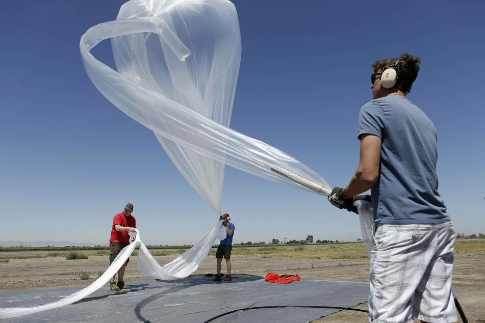 Loon researchers fill a balloon with helium (archive image).