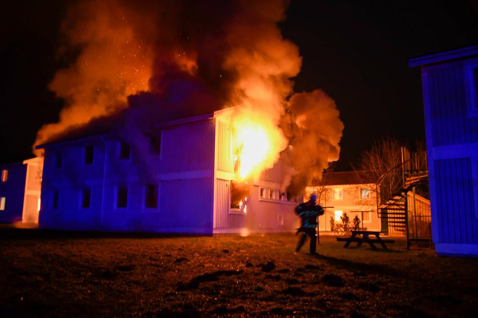 Die Asylunterkunft brennt lichterloh.