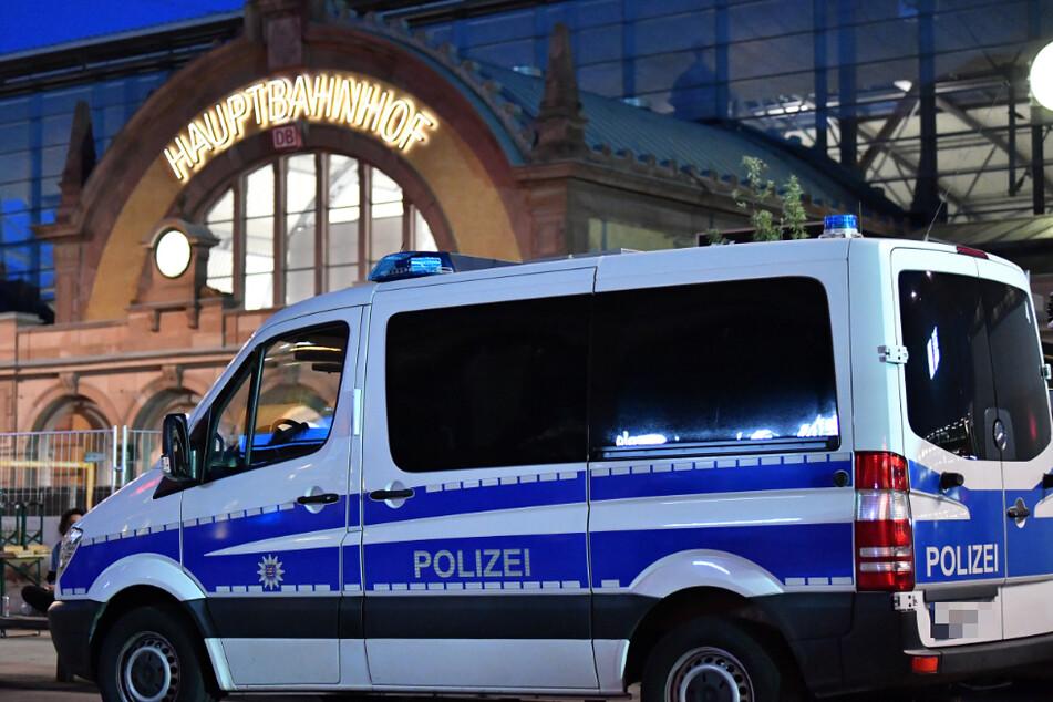 Ein Polizeifahrzeug der Bundespolizei steht vor dem Erfurter Hauptbahnhof. (Archiv)