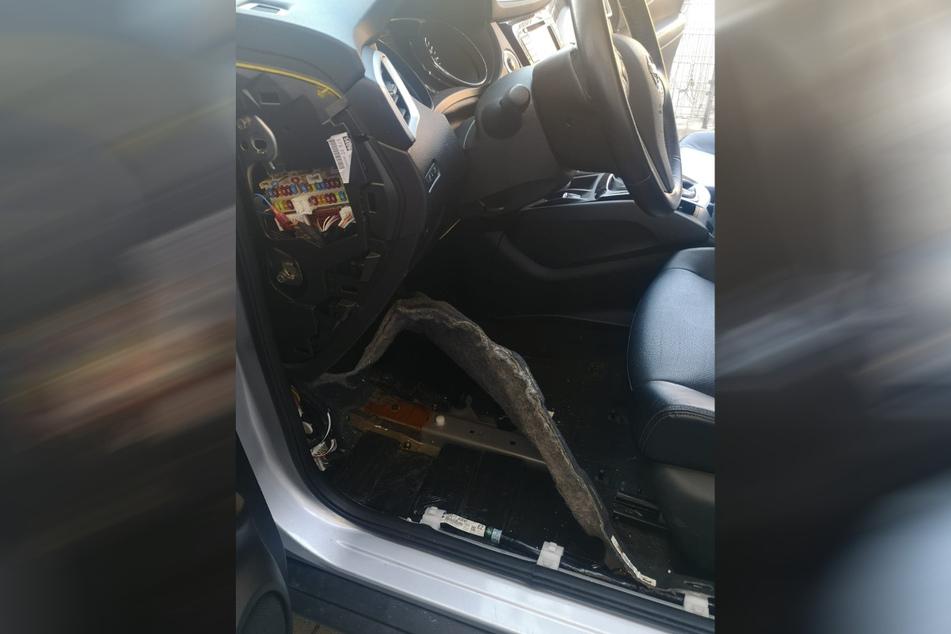 Das Heroin war unter anderem im Fußraum der Fahrerseite versteckt.